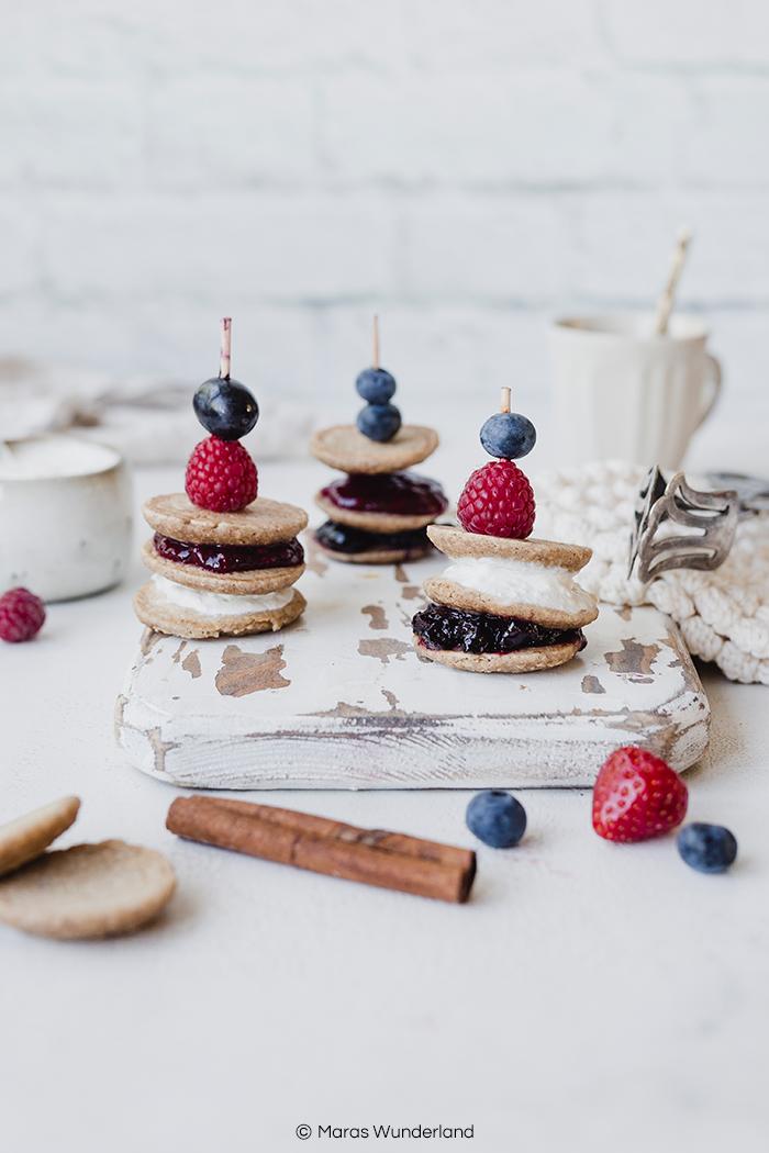 Rezept für gesündere, glutenfreie Mini-Pancake-Spieße mit Haferflocken, ohne Mehl. Einfach und schnell gemacht, gefüllt mit Marmelade oder was immer man mag, z.B. Schoko-Nuss-Aufstrich. Ein perfekter Snack und herrlichen zum Frühstück. • Maras Wunderland #pancakes #glutenfrei #gesundbacken #eathealthy #minipancakes #pfannkuchen #frühstücksrezept #frühstück #breakfast