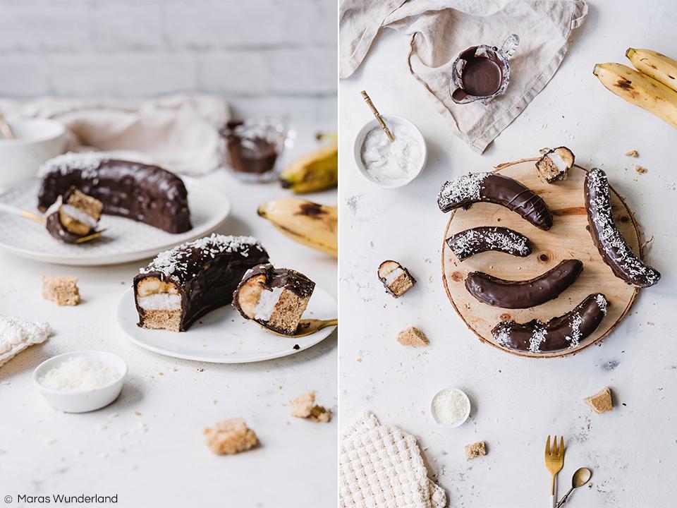 Rezept für gesündere Schokobananen - saftiger Vollkorn-Rührteig, bestrichen mit Kokoscreme, belegt mit Banane und überzogen mit Zartbitterschokolade. Super lecker. • Maras Wunderland #schokobanane #klassiker #schokoladenbanane #gesundbacken #kokoscreme #chocolatebanana
