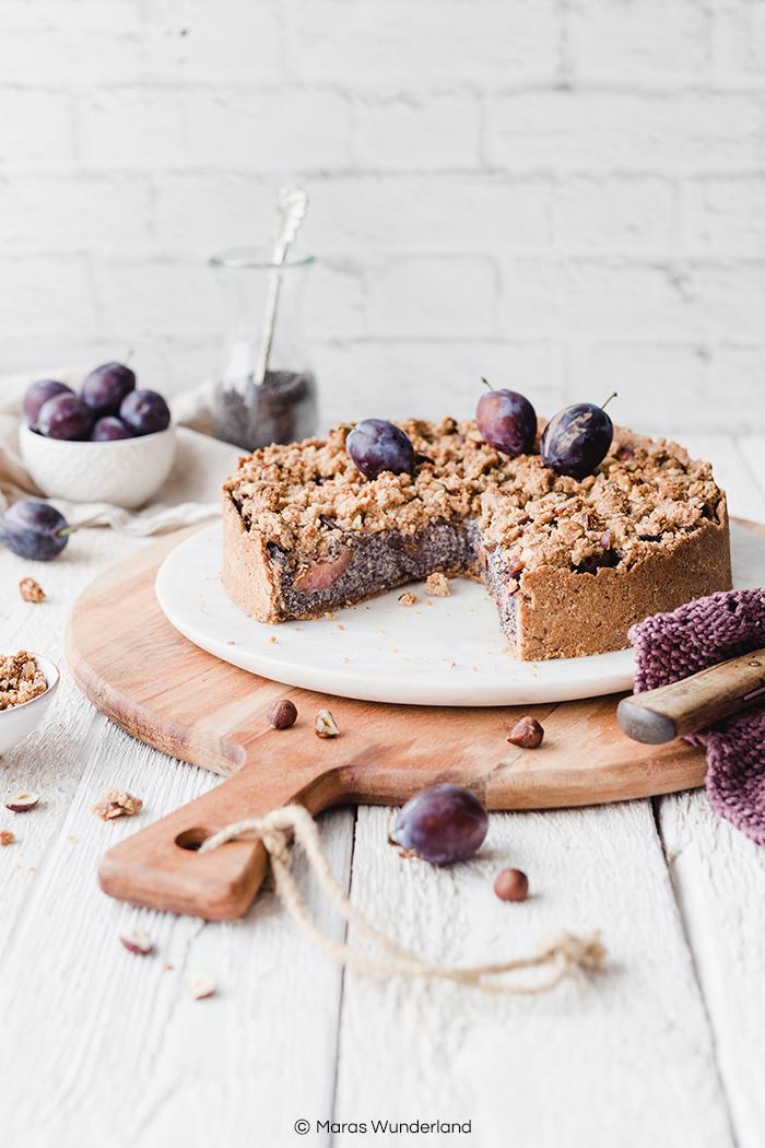 Rezept für gesünderen und veganen Zwetschgen-Mohnkuchen. Nussiger Mürbeteig, saftige Mohnfüllung und leckere Zwetschgen mit Streuseln. Ein einfacher Herbstkuchen. • Maras Wunderland #zwetschgenkuchen #plumcake #streuselkuchen #mohnkuchen #poppyseedcake #vegancake #veganbacken #veganerezepte #eatvegan #maraswunderland