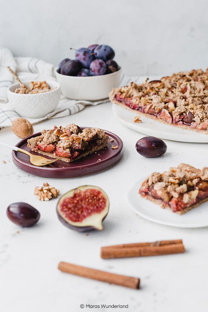Rezept für veganen & gesünderen Feigen-Zwetschgenkuchen aus Mürbeteig mit Haferflocken-Streuseln und Zimt. Super einfach und schnell gemacht, herbstlicher Kuchengenuss. • Maras Wunderland #feigenkuchen #veganerkuchen #zwetschgenkuchen #blechkuchen #herbstkuchen #maraswunderland #vegancake #plumcake #veganbaking #veganbacken