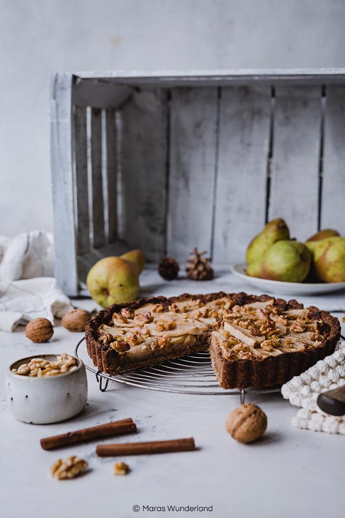 Vegane Birnen-Walnuss-Tart. Gesünder und so richtig lecker mit knusprigem Mürbeteig, aromatischer Walnüssfüllung und saftiger Birne. Perfekt für den Herbst. • Maras Wunderland #tart #peartart #birnenkuchen #birnentart #nusskuchen #herbstkuchen #veganbacken #vegan #vegancake #gesundbacken #gesunderkuchen