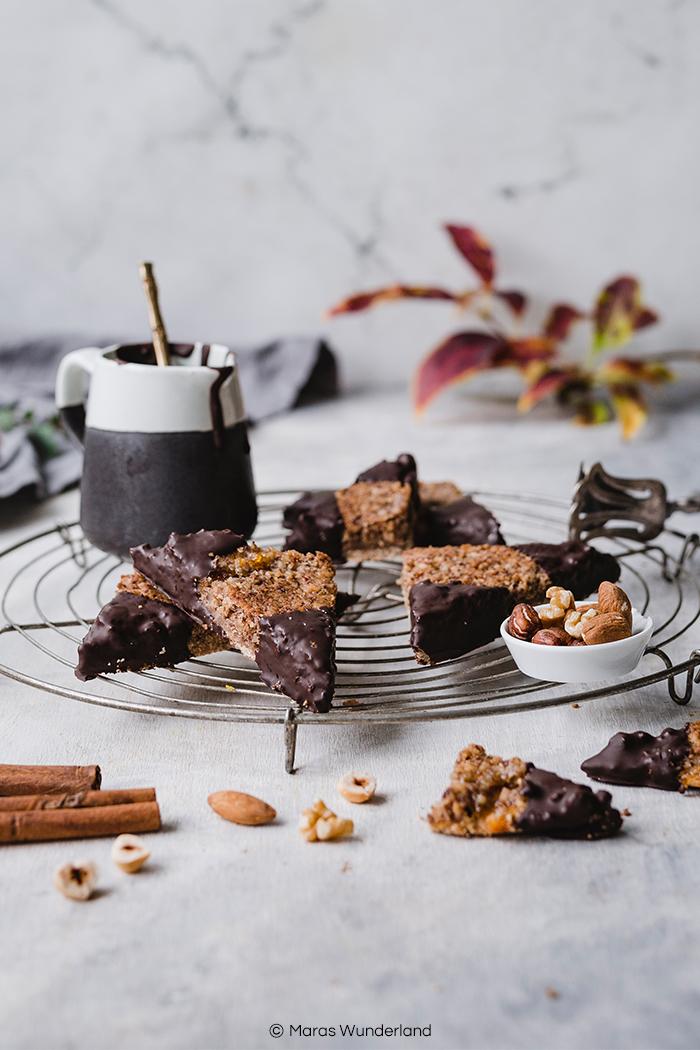 Rezept für gesündere und vegane Nussecken. Das perfekte Herbstsüß - saftig und super aromatisch. Auch super zur Weihnachtszeit als Plätzchen. • Maras Wunderland #nussecken #nutwedges #nutcake #nusskuchen #weihnachtsgebäck #chrismastreat #plätzchen #maraswunderland #veganbacken #veganerkuchen #vegancake