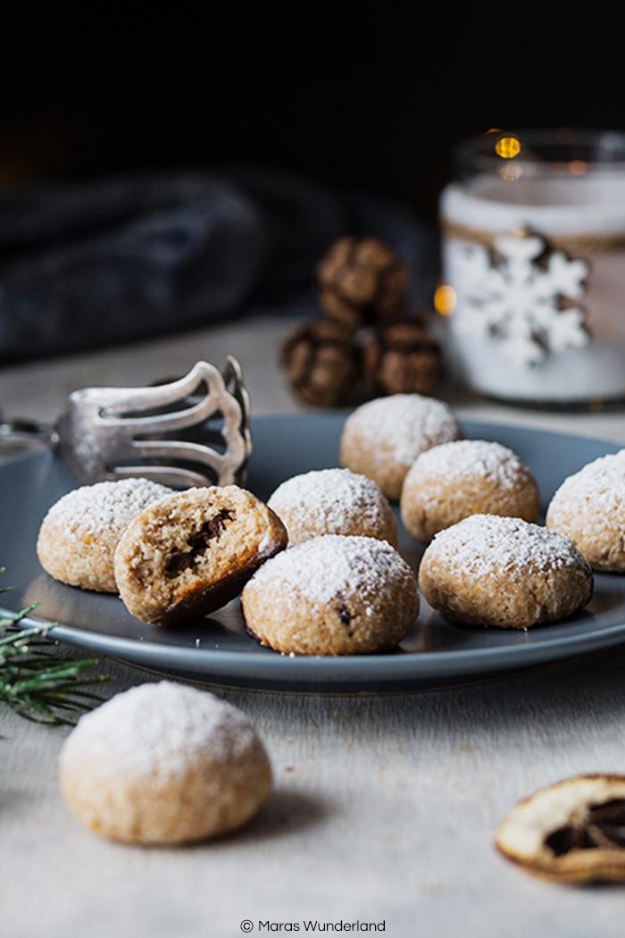 Rezept für vegane & gesunde Schoko-Kokos-Kugeln. Einfach herzustellen. Perfekte gesündere Plätzchen-Alternative für die Weihnachtszeit. • Maras Wunderland #plätzchen #weihnachtsplätzchen #gesundbacken #veganbacken #gesundeplätzchen #veganeplätzchen #vegan #healthytreats #christmascookies #vegancookies #christmastreat #maraswunderland #weihnachtsrezept