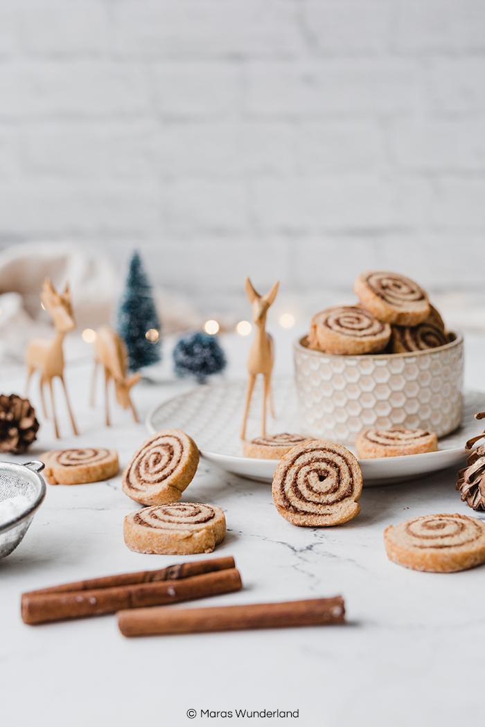 Rezept für gesündere Zimtschnecken-Plätzchen. Schwedischer Klassiker trifft Weihnachten. Ein schnelles und einfaches Plätzchenrezept mit Zimt und Mandeln. • Maras Wunderland #maraswunderland #weihnachtsbäckerei #weihnachtsplätzchen #plätzchen #zimtschnecken #cinnamonrolls #christmascookies