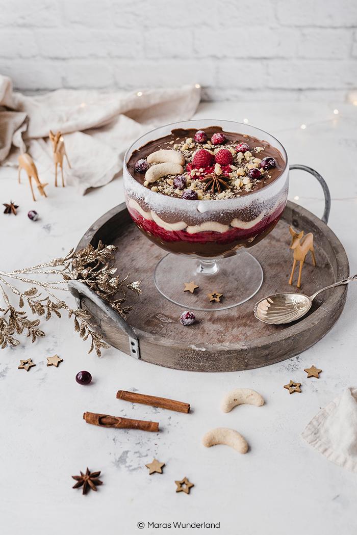 Rezept für ein Last Minute Weihnachtsdesser: veganes & gesünderes Christmas Trifle mit Schokolade, Himbeeren und Vanillekipferln. Gut vorzubereiten und super lecker. • Maras Wunderland #maraswunderland #christmasdessert #dessert #nachtisch #weihnachtsdessert #weihnachtsmenu #trifle #christmastrifle #vegantrifle #vegandessert #veganchristmas