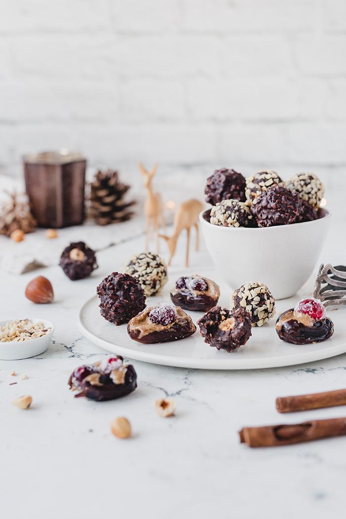 Rezept für glutenfreie und vegane Haselnuss-Pralinen & gefüllte Datteln. Schnell gemacht, gesund und eine tolle Geschenkidee zu Weihnachten. • Maras Wunderland #maraswunderland #geschenkausderküche #geschenkidee #diy #pralinen #choclates #rocher #datteln #christmastreat