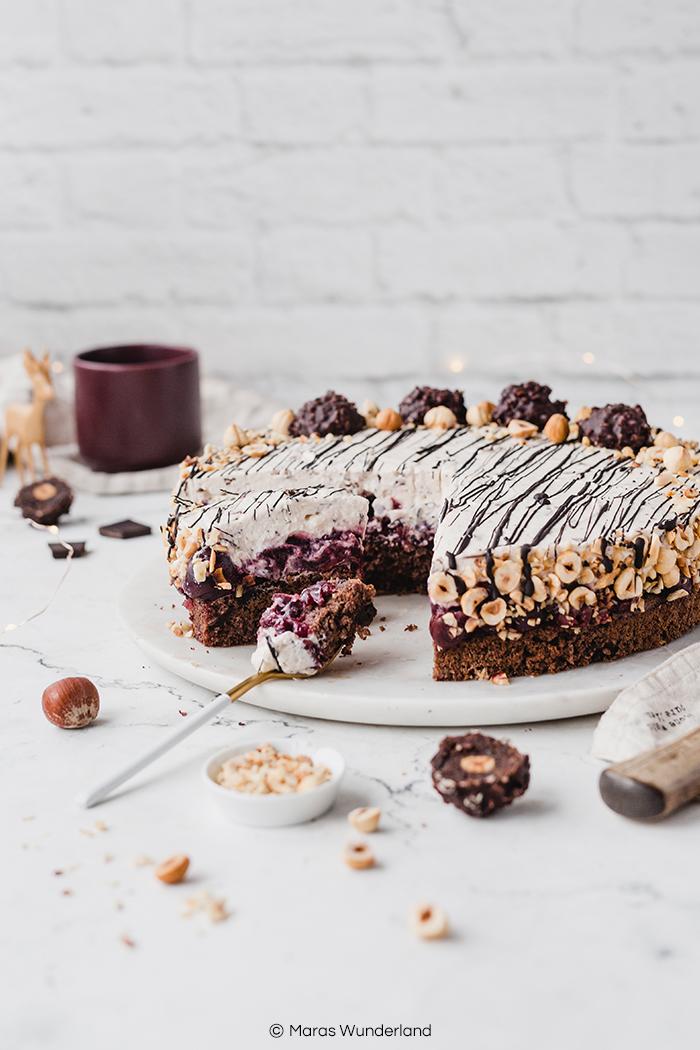 Rezept für eine weihnachtliche glutenfreie Kirsch-Nuss-Torte. Super saftig, gut vorzubereiten, schokoladig und cremig. • Maras Wunderland #schokotorte #nusstorte #kirschkuchen #kirschtorte #weihnachtstorte #christmascake #cherrycake #nutcake #weihnachtskuchen