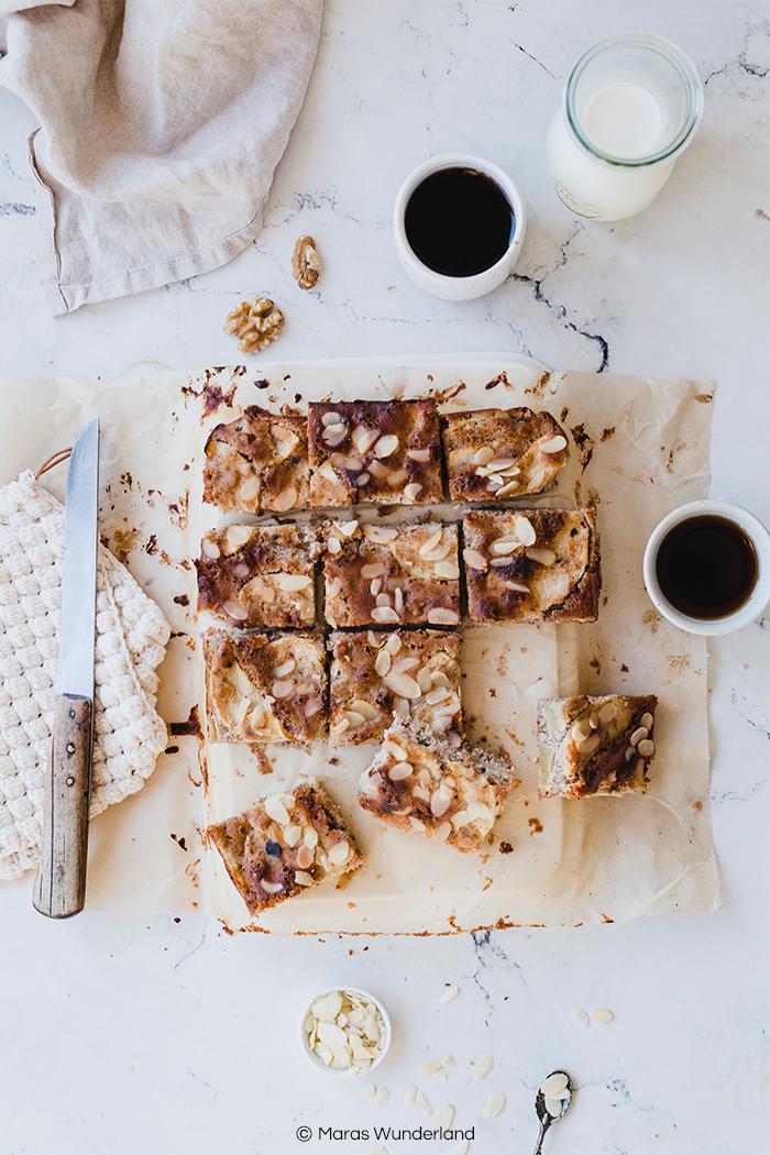 Glutenfreier & gesunder Apfel-Mandel-Kuchen. Ein schnelles und einfaches Rezept. Mit Zimt und Nüssen. Super auch für Kinder. • Maras Wunderland #blechkuchen #apfelkuchen #gesundbacken #gesunderkuchen #applecake #healthycake #healthysnack #gesundersnack
