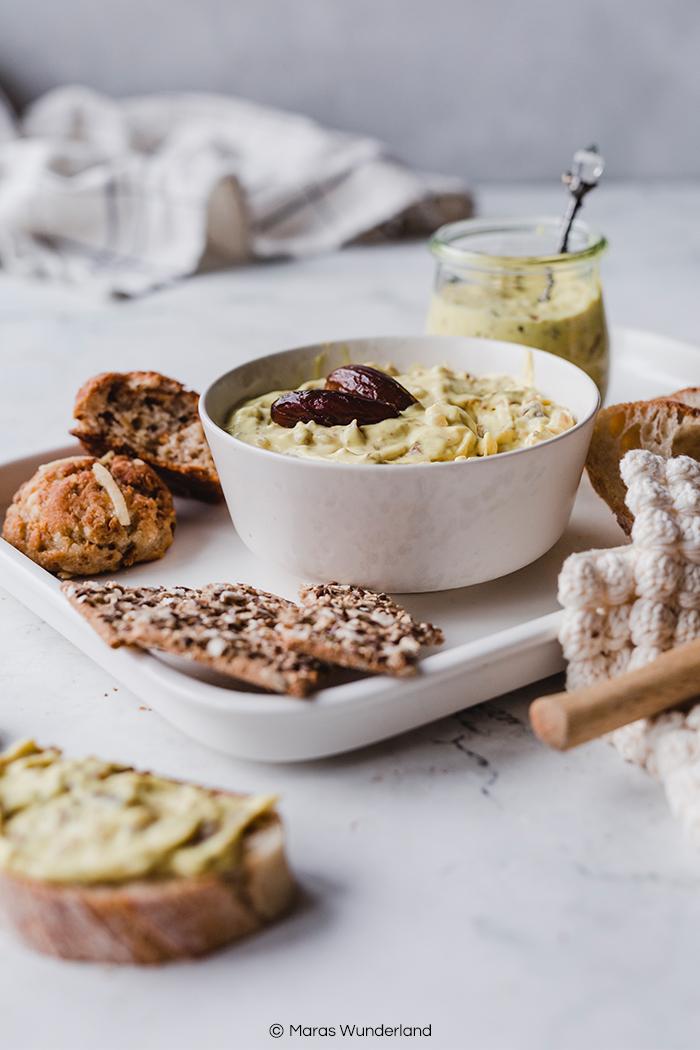 Veganer Dattel-Curry-Dip. Ein super schnelles und einfaches Rezept - perfekt für jede Party oder als Beilage. Mit Suchtniveau. • Maras Wunderland