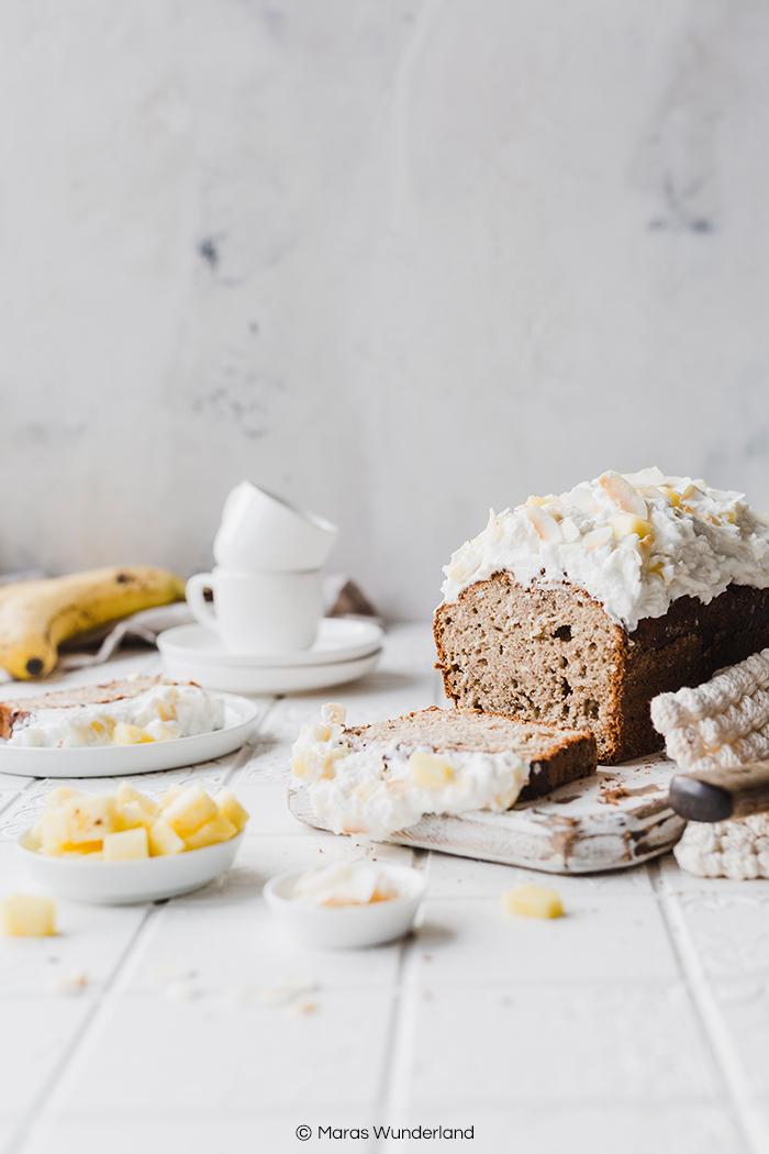 Rezept für gesünderes Bananenbrot mit Ananas-Kokoscreme. Schnell und einfach gemacht. Tropisch aromatisch und saftig. • Maras Wunderland #bananabread #bananenbrot #tropical #kuchenrezept #gesundbacken #gesunderkuchen