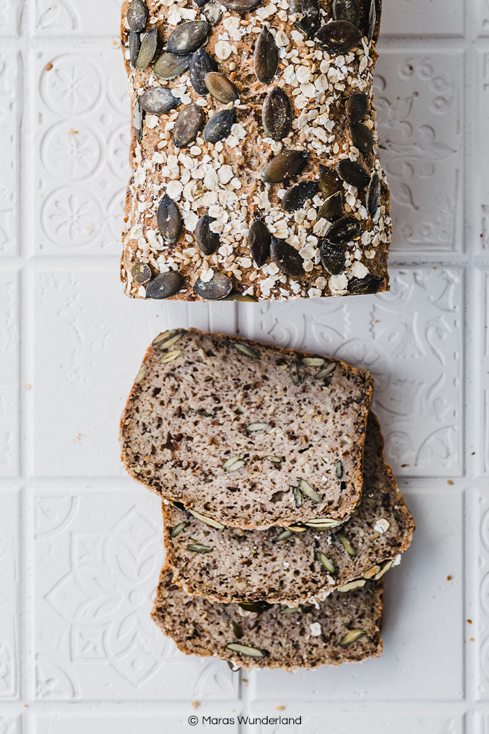 Glutenfreies Frühstück mit diesem Hafer-Buchweizenbrot. Vegan und gesund. Ein schnelles und einfaches Rezept ohne Hefe. • Maras Wunderland #brot #brotrezept #ohnehefe #bread #glutenfreibacken #glutenfrei #glutenfreebread