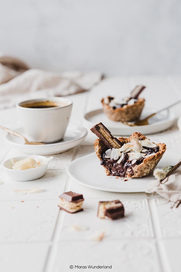 Gesunde Kokos-Schoko-Tartelettes - mit veganer, glutenfreier Option. Ein schnelles und einfaches Rezept für einen leckeren, schokoladigen Snack. Perfekt auch für den Osterbrunch. • Maras Wunderland #gesundbacken #gesunderezepte #maraswunderland #osterbrunch #osterrezept #schokolade #veganerezepte #veganbacken #vegan #glutenfree #glutenfrei #gesundersnack #healthysnack
