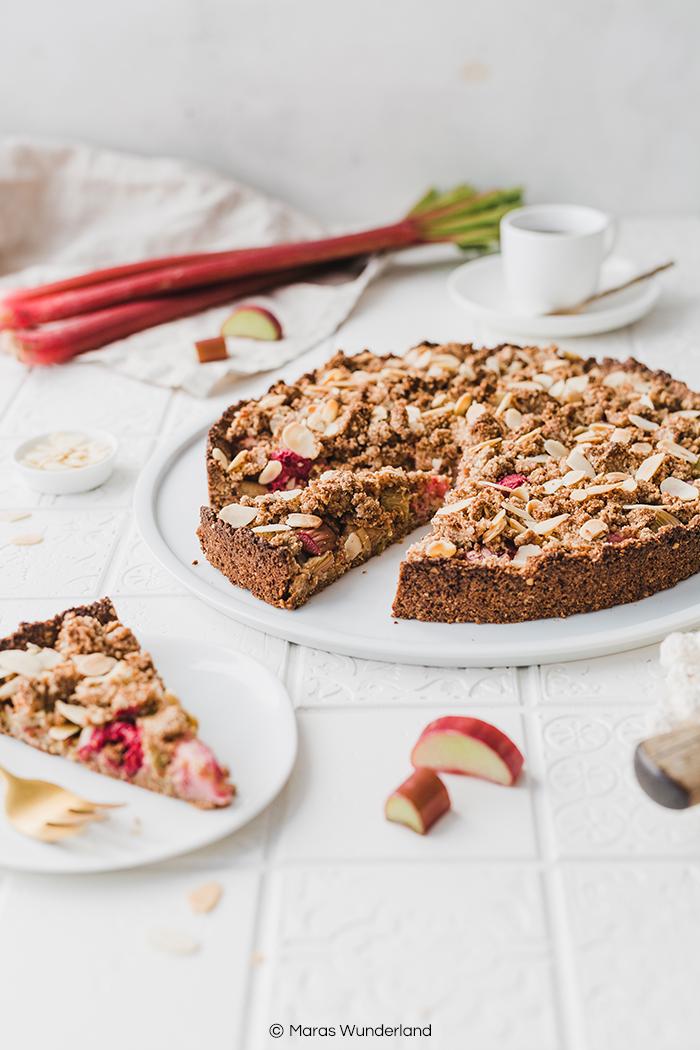 Glutenfreier, veganer Rhabarberkuchen mit Streuseln. Ein einfaches und schnelles Rezept für einen gesunden Kuchen, der perfekt in den Frühling passt. • Maras Wunderland #rhabarberkuchen #rhubarbcake #streuselkuchen #gesundbacken #gesunderezepte #gesunderkuchen #healthycake #vegan #glutenfrei #veganerkuchen #veganbacken #vegancake