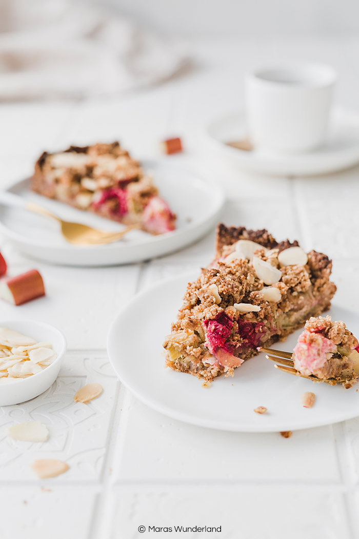 Veganer und glutenfreier Kuchen mit Rhabarber und Streuseln. Ein einfaches und schnelles Rezept für einen gesunden Kuchen, der perfekt in den Frühling passt. • Maras Wunderland #rhabarberkuchen #rhubarbcake #streuselkuchen #gesundbacken #gesunderezepte #gesunderkuchen #healthycake #vegan #glutenfrei #veganerkuchen #veganbacken #vegancake