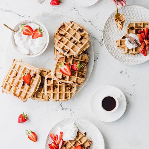 Knusper-Waffeln mit Kokossahne & Erdbeeren