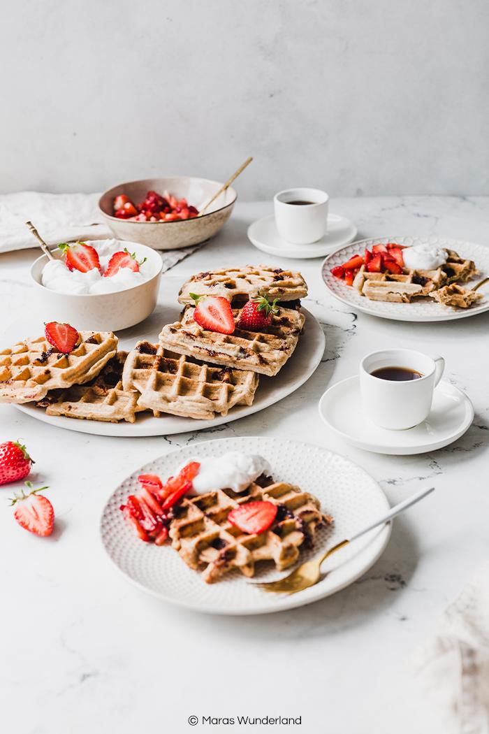 Knusper-Schoko-Waffeln mit Kokossahne & Erdbeeren. Ein schnelles und einfaches Rezept für gesündere Waffeln zum Frühstück, Brunch oder Dessert. Mit knusprigen Waffel-Stücken. • Maras Wunderland #waffeln #waffles #gesundbacken #frühstück #brunch #breakfast #sweetbreakfast