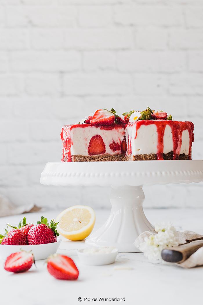 Vegane Erdbeer-Kokos-Torte. Glutenfrei und gesund. Eine leckere und saftige Torte, perfekt für den Frühling und für Muttertag. Einfaches Rezept. • Maras Wunderland #erdbeerkuchen #erdbeertorte #mothersdaycake #muttertagstorte #muttertag #erdbeeren #torte #veganbacken #veganetorte #glutenfreibacken