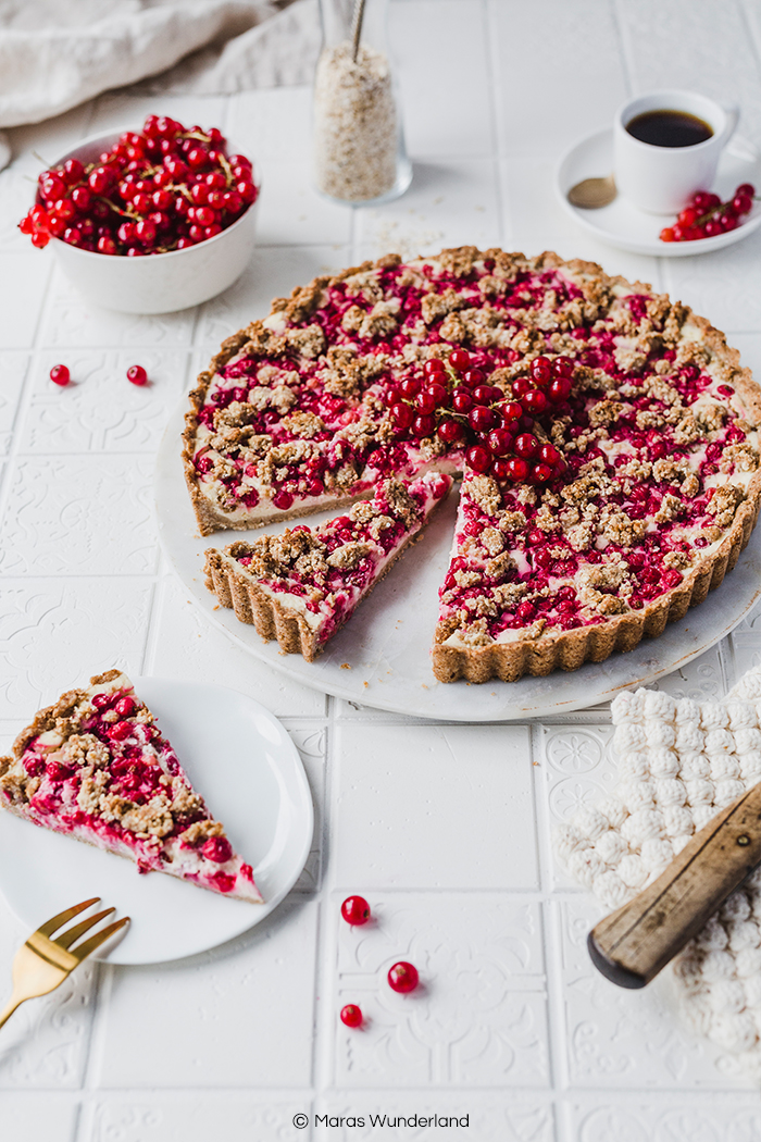 Vegane Johannisbeer-Frischkäse-Tarte. Gesund, saftig und richtig lecker. Ein tolles Rezept für einen einfachen, sommerlichen Kuchen. • Maras Wunderland #tarte #johannisbeeren #redcurrants #vegan #gesunderezepte #veganerkuchen #vegancake