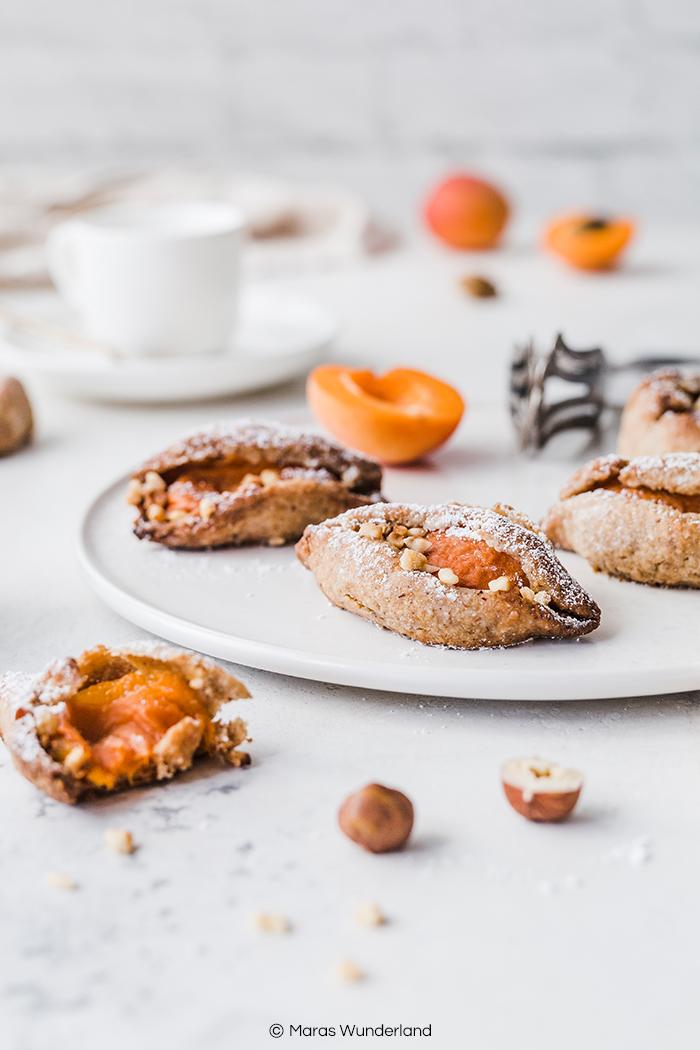 Vegane Aprikosen-Plätzchen. Ein schnelles und einfaches Rezept für gesunde Kekse mit frischen Aprikosen. • Maras Wunderland #cookies #plätzchen #snack #vegan