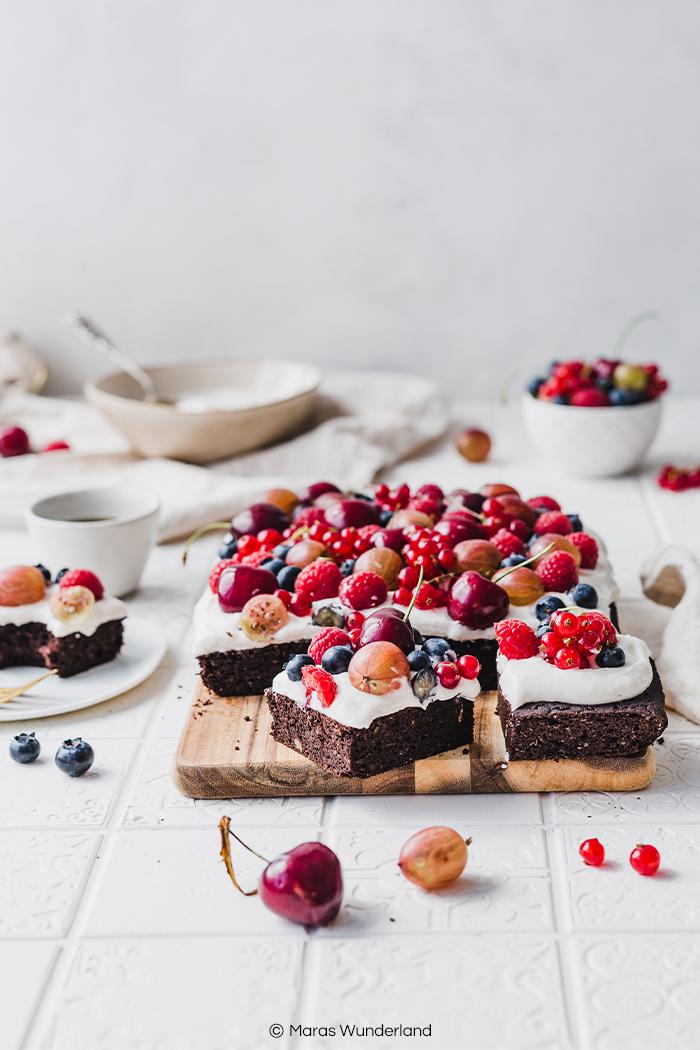 Glutenfreie, gesunde Brownies mit Creme & Beeren. Mit Kichererbsen. Super schokoladig und lecker. Schnell und einfach gemacht. • Maras Wunderland #schokokuchen #brownies #glutenfrei #glutenfree