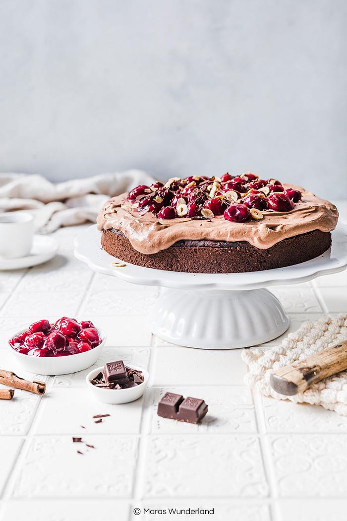 Vegane Schokotorte mit Kaffee & Kirschen. Ein einfaches Rezept für einen gesünderen Kuchen mit intensivem Schokoladengeschmack. • Maras Wunderland #schokotorte #vegancake #veganerkuchen #chocolatecake #maraswunderland