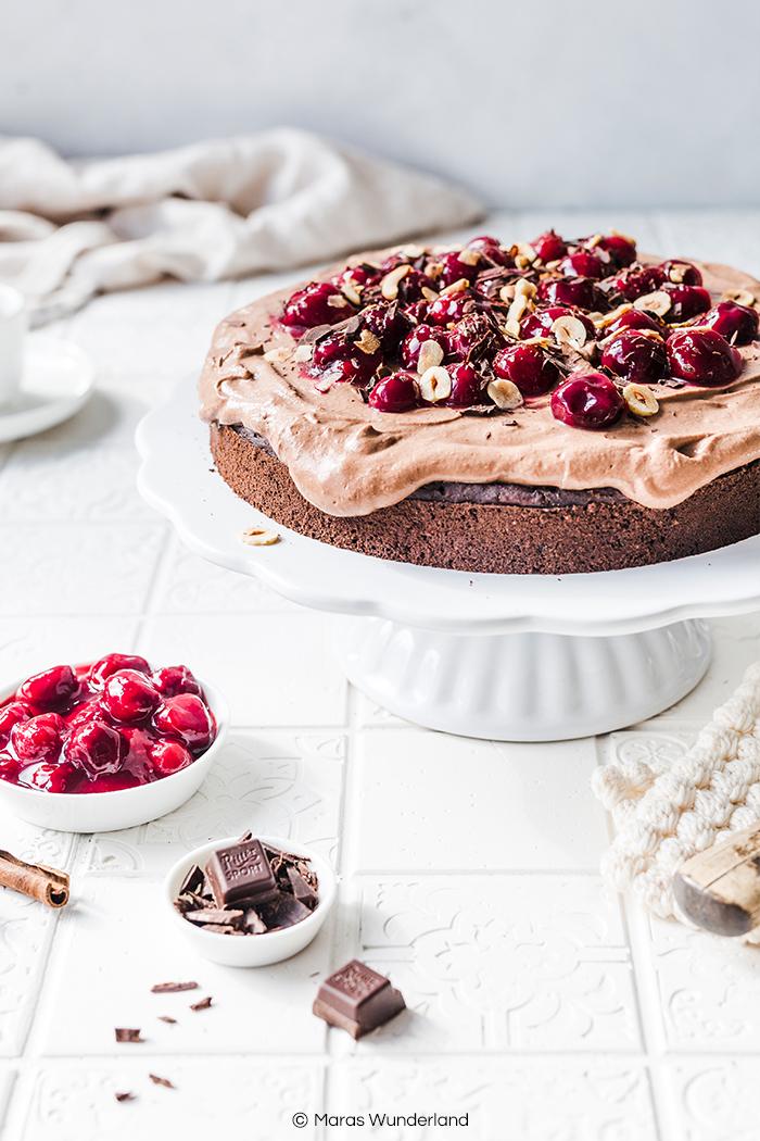 Vegane Schokotorte mit Kaffee & Kirschen. Ein einfaches Rezept für einen gesünderen Kuchen mit intensiven Schokoladengeschmack. • Maras Wunderland #schokotorte #vegancake #veganerkuchen #chocolatecake #maraswunderland