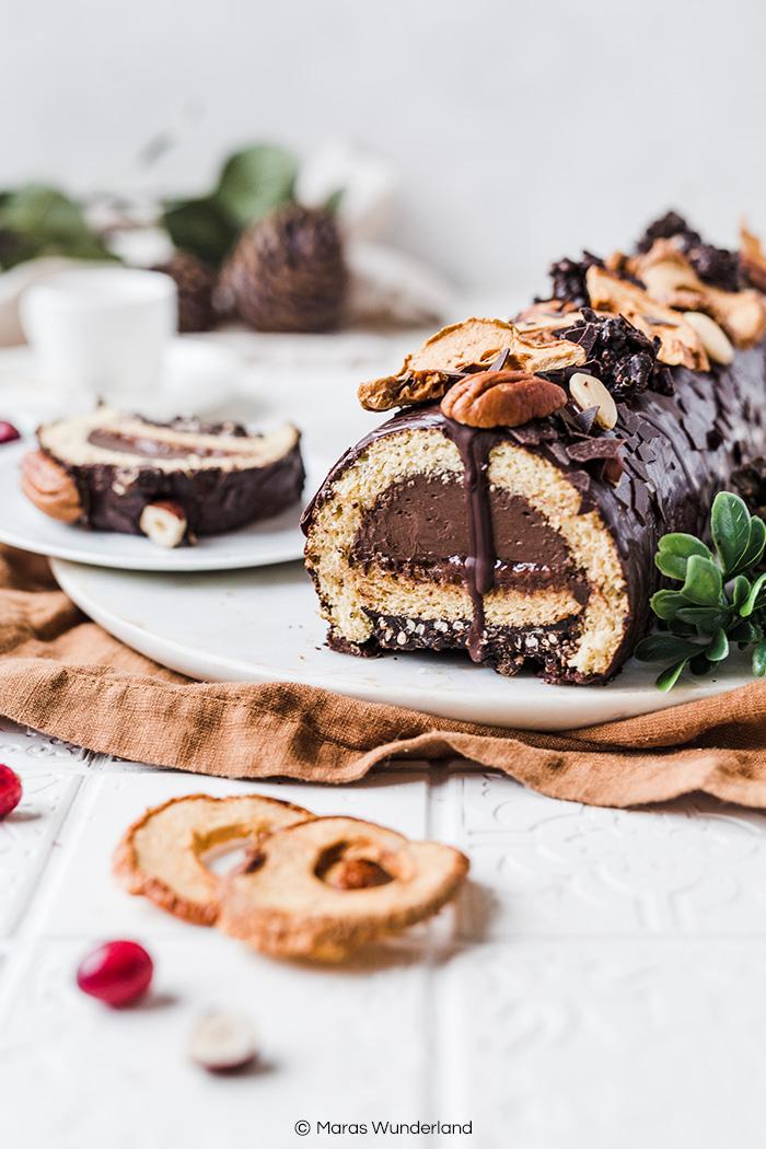 Gesünderer & schokoladiger Bûche de Noël. Der Weihnachtsklassiker aus Frankreich in einer winterlichen Variante. Einfach gemacht und trotzdem hübsch. • Maras Wunderland #buchedenoel #weihnachtskuchen #weihnachtsklassiker #christmascake #gesunderezepte