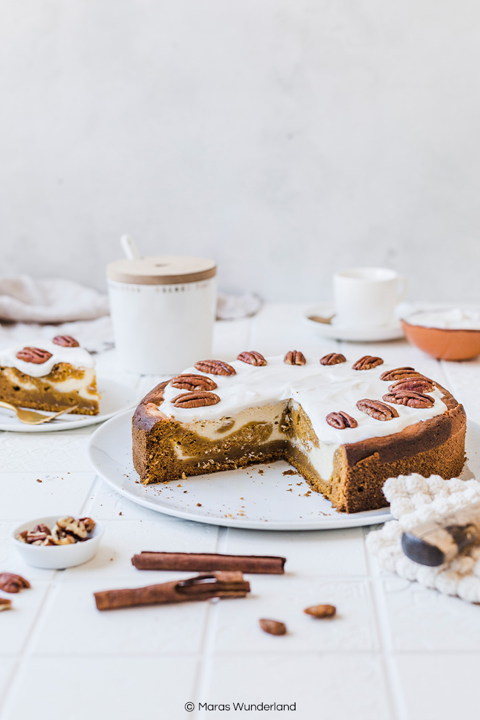 Gesünderer Pumpkin Cheesecake mit Kürbisteig und Käsekuchenmasse. Ein einfaches Rezept für einen Herbstkuchen. Saftig und aromatisch. • Maras Wunderland #pumpkincheesecake #cheesecake #kürbiskäsekuchen #kürbiskuchen #käsekuchen