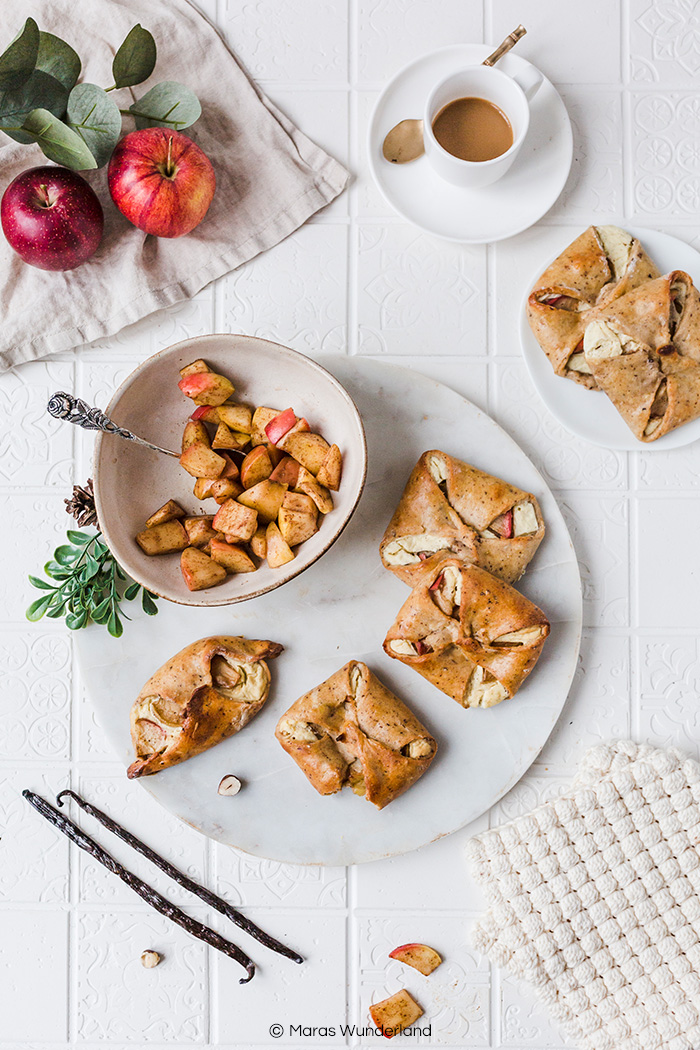 Gesündere Vanille-Plunder mit Zimt-Äpfeln. Ein einfaches und gelingsicheres Rezept für den Herbst. Super saftig und aromatisch. • Maras Wunderland #vanille #vanilleplunder #vanilleteilchen #vanillapastry #gesundbacken