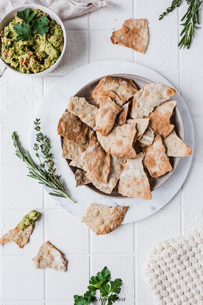 Selbstgemachte vegane Cracker mit Guacamole. Gesünder, richtig leicht gemacht und der perfekte herzhafte Snack. • Maras Wunderland #cracker #chips #silvester #guacamole #aufstrich #dip