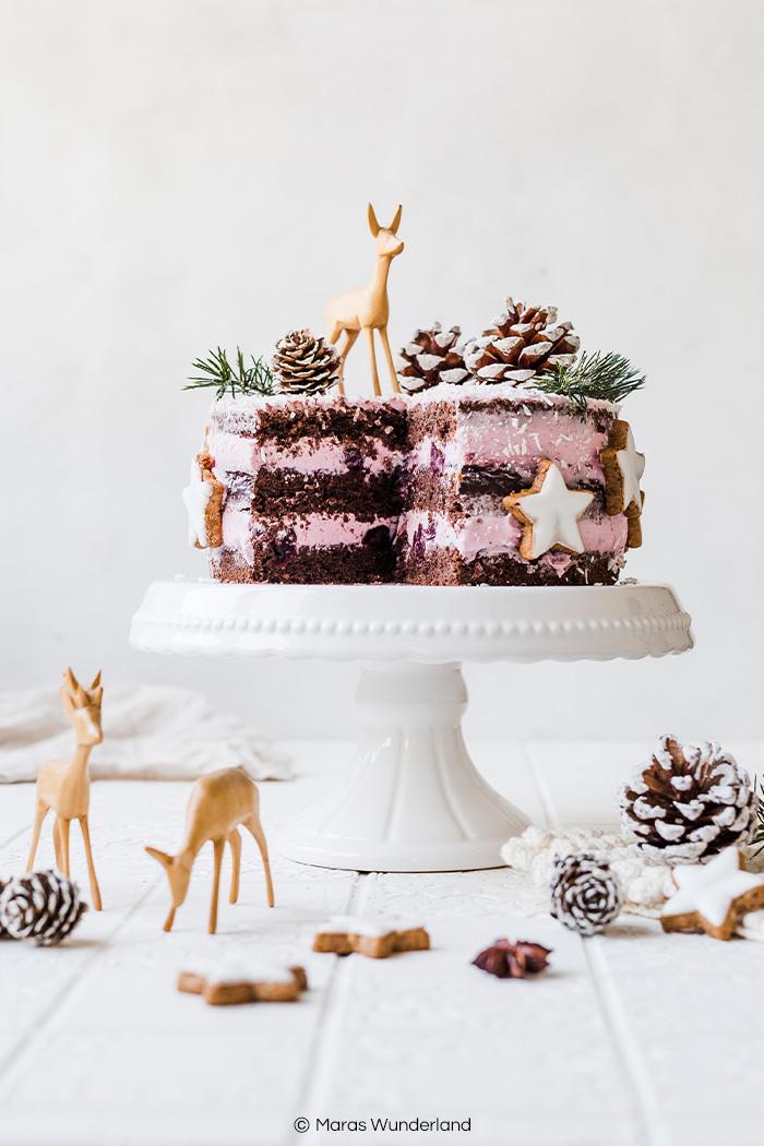 Vegane Rotweintorte mit Kirschen. Ein einfaches Rezept für die Weihnachtszeit, das gut vorzubereiten ist. Gesünder, cremig und super saftig. • Maras Wunderland #rotweinkuchen #redwinecake #torte #weihnachtstorte #vegan #christmascake