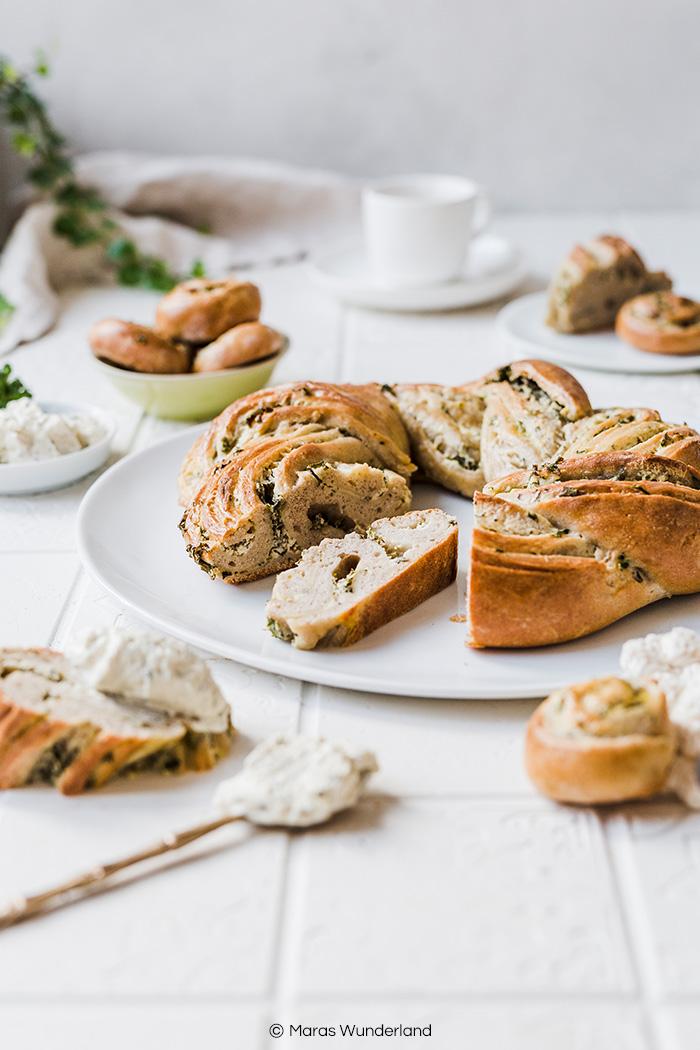 Gesünderer Frischkäse-Kräuterkranz. Ein schnelles und einfaches Rezept - perfekt für den Brunch an Ostern. • Maras Wunderland #osterkranz #easter