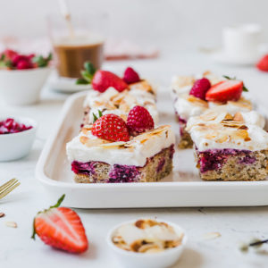 Glutenfreier Beeren Poke Cake