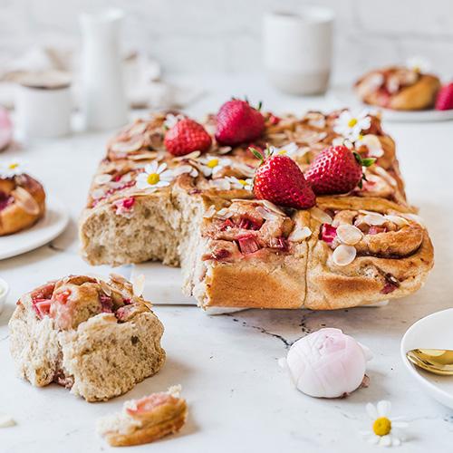 Erdbeer-Rhabarber-Hefeschnecken mit Marzipan