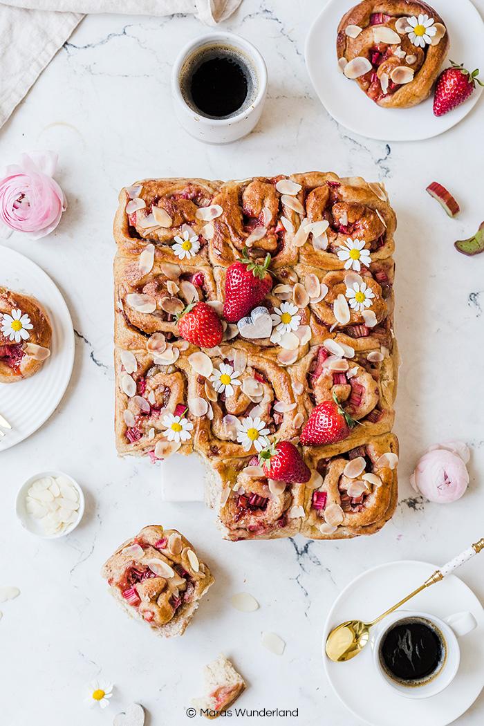 Erdbeer-Rhabarber-Hefeschnecken mit Marzipan. Fluffig, saftig und perfekt für Muttertag und im Frühling. • Maras Wunderland