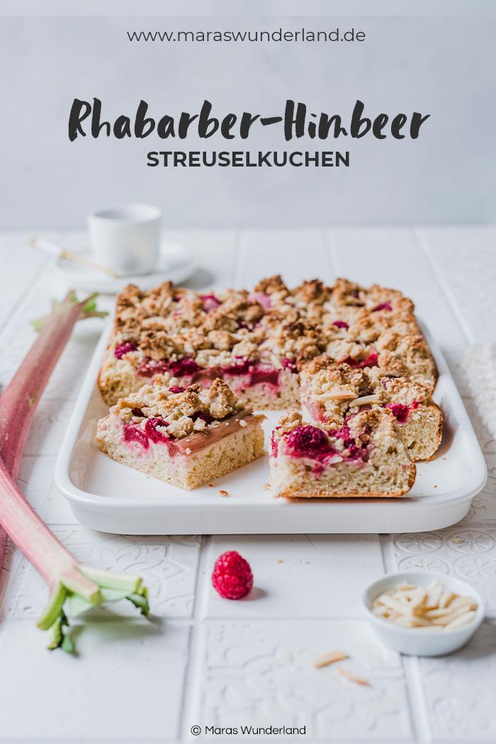 Veganer Rhabarber-Himbeer-Streuselkuchen. Saftig und perfekt für den Frühling. Schnell gemacht und aus Quark-Öl-Teig. • Maras Wunderland #rhubarb #rhubarbcake #rhabarber #rhabarberkuchen