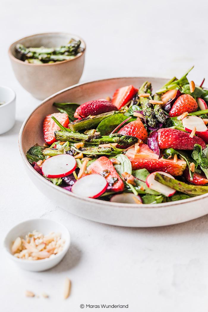 Veganer Erdbeer-Spargel-Salat. Gesund, kalorienarm und schnell gemacht. perfekt als Mahlzeit oder Grillbeilage. • Maras Wunderland #salad #salat #spargel #asparagus #strawberries