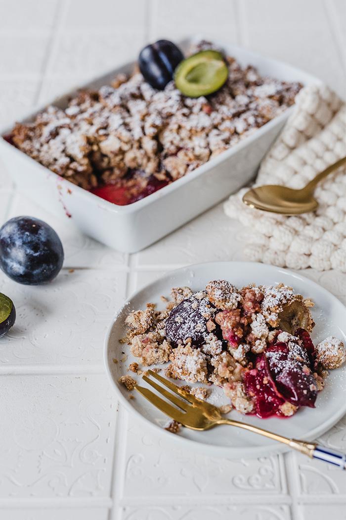 Veganes Zwetschgen-Crumble. Glutenfrei & gesund. Schnell und einfach gemacht und richtig lecker. • Maras Wunderland